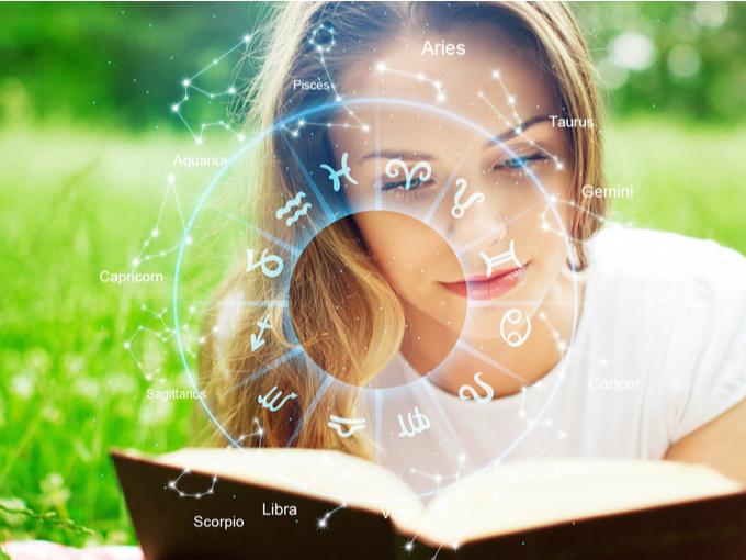 星座占いの本を読む女性