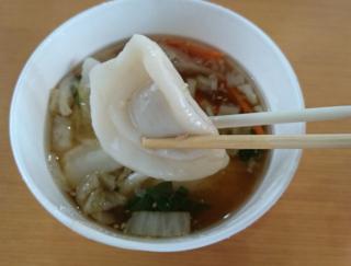 野菜たっぷり! なのに肉汁しっかりでおいしい♡ ローソン「もちもち水餃子と野菜の中華スープ」