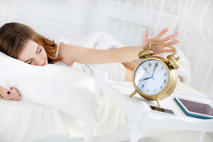 ベッドで寝ている女性の画像