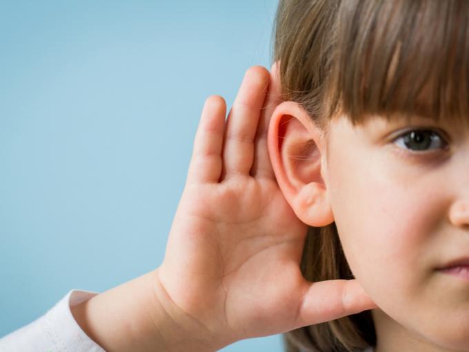 耳を澄ませる女の子
