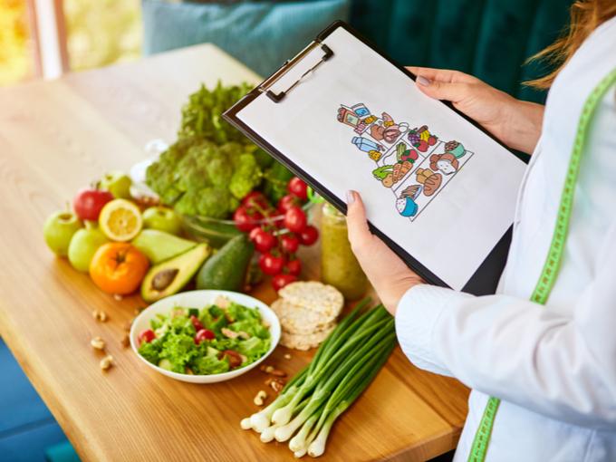 食事で食べる食材を確認する栄養士