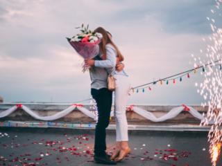 花束を手に抱き合うカップル