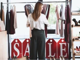 SALEの服を抱える女性