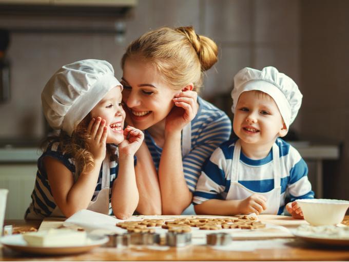 クッキーを焼き上げ、喜ぶ子どもと母親