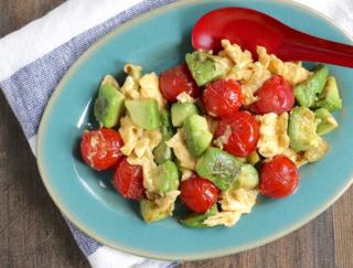 アボカドで腸活!10分で作る「アボカドとミニトマトの中華風卵炒め」