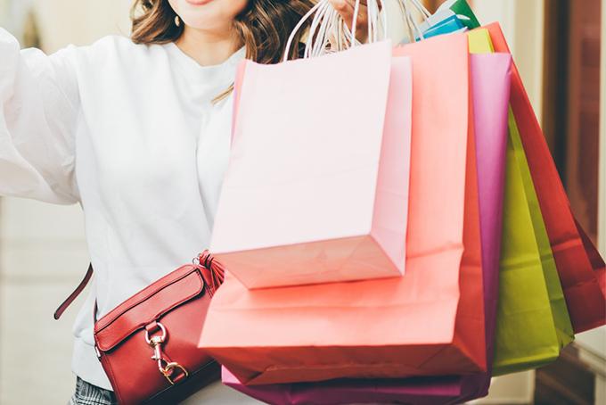 ショッピング袋をたくさん持った女性