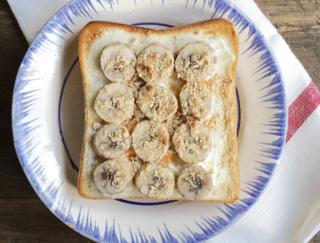 寒い日でもホッと温まる!腸活朝ご飯「バナナきな粉のジンジャートースト」
