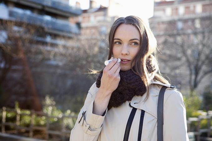 コートを着た女性のバストアップ画像
