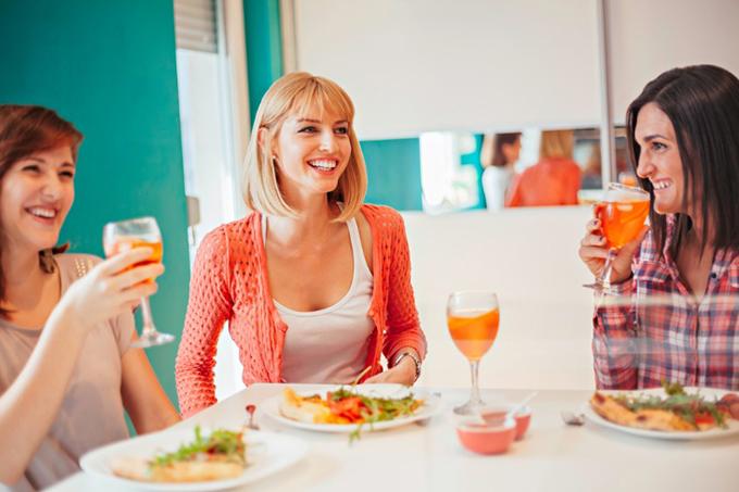 楽しそうにお酒を飲む女性の画像
