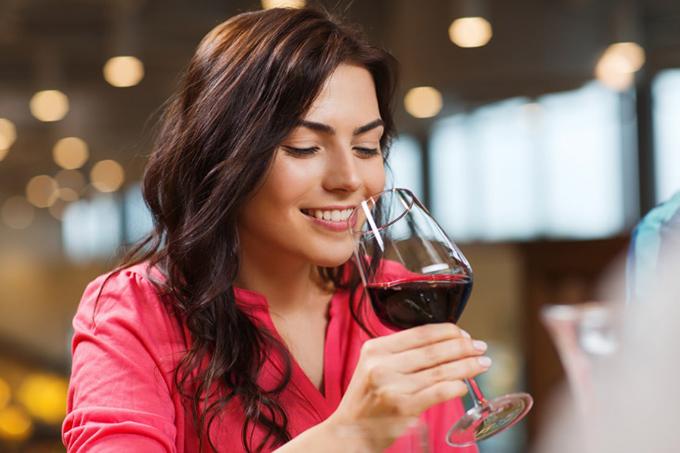 大人っぽくお酒をたしなむ女性の画像