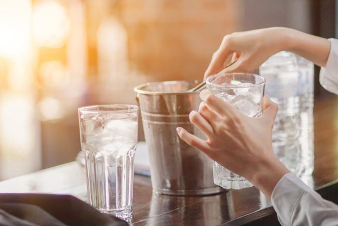 氷を入れる女性の手の画像