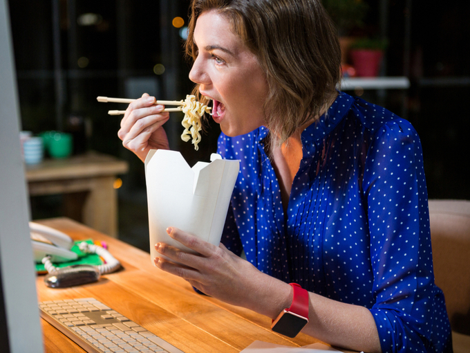 麺を食べる女性