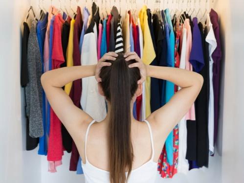 どの服を捨てるか悩む女性