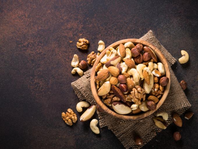 お皿に盛られたさまざまな種類のナッツ