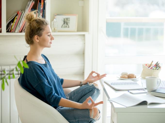仕事の合間に瞑想する女性