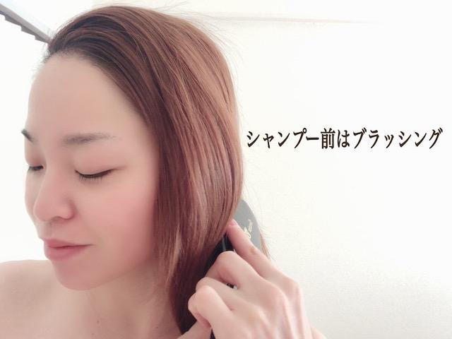 ブラシで髪をブラッシング