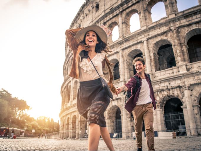 手をつないで観光地を巡るカップル