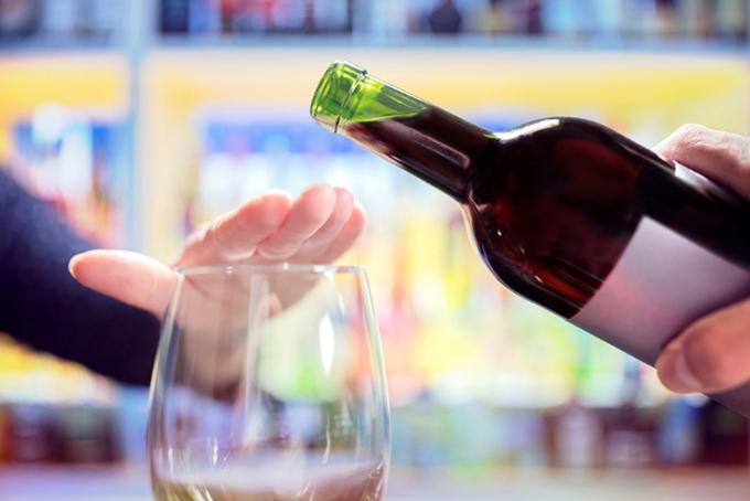 グラスを手で押さえてストップをかけている画像