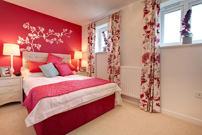 赤い色の寝室
