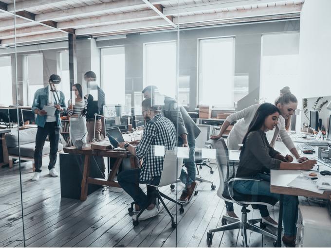 オフィスで仕事をする人たち
