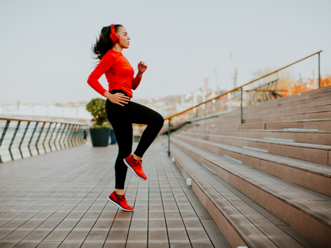 ランニング前に準備運動をする女性
