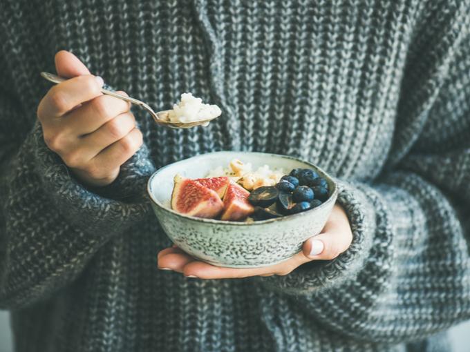 フルーツの盛り合わせを食べる人