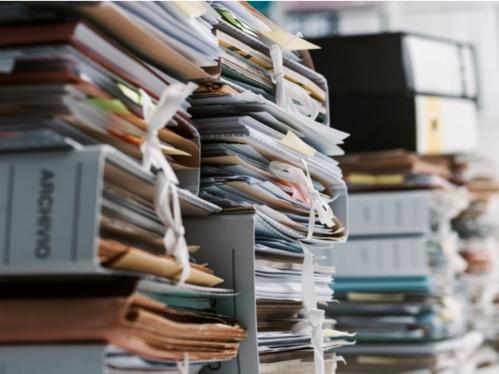 積み重ねた書類の山
