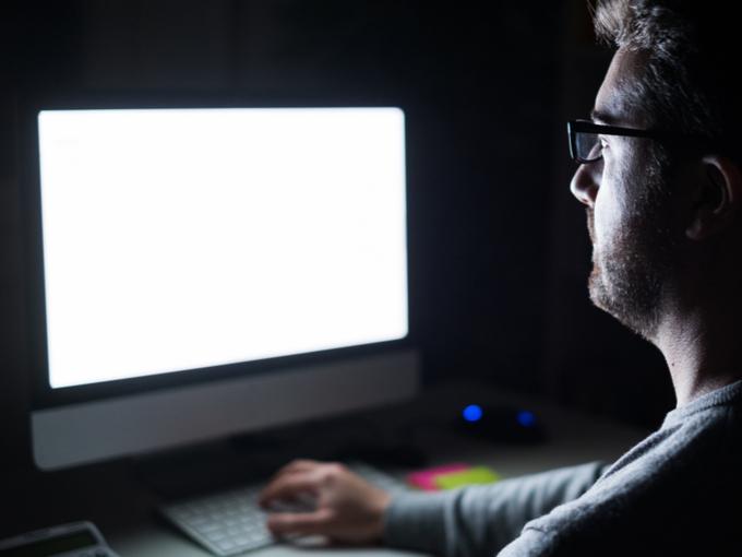 夜中にパソコンを操作する男性