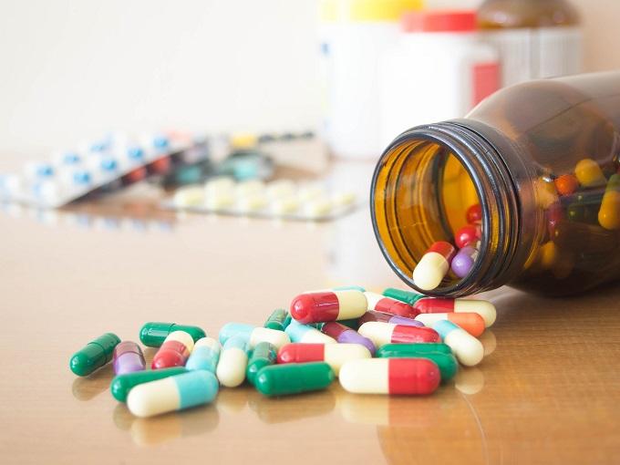 瓶からあふれている薬