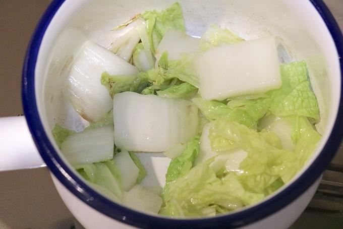 小鍋で白菜を炒める