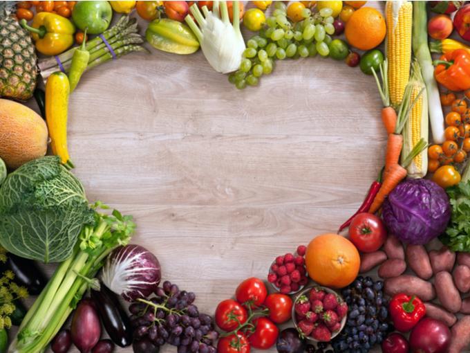 野菜などの食物をハート形にかたどって並べた様子