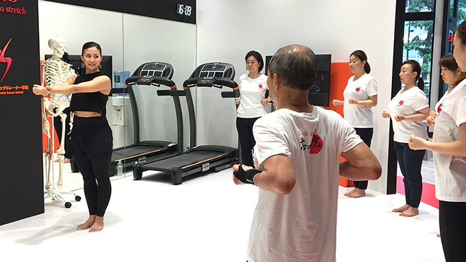 中町選手がトレーニングを教えている写真