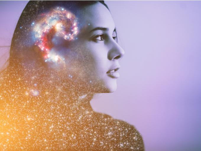 小宇宙を表現した脳と女性