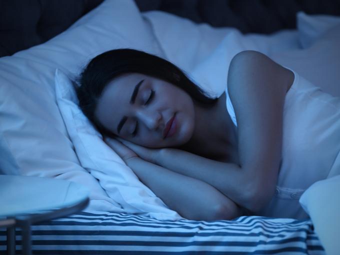 安眠する女性