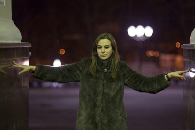 夜道を歩く女性の画像