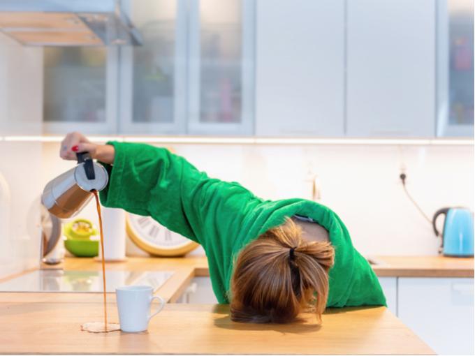 コーヒーをこぼす女性