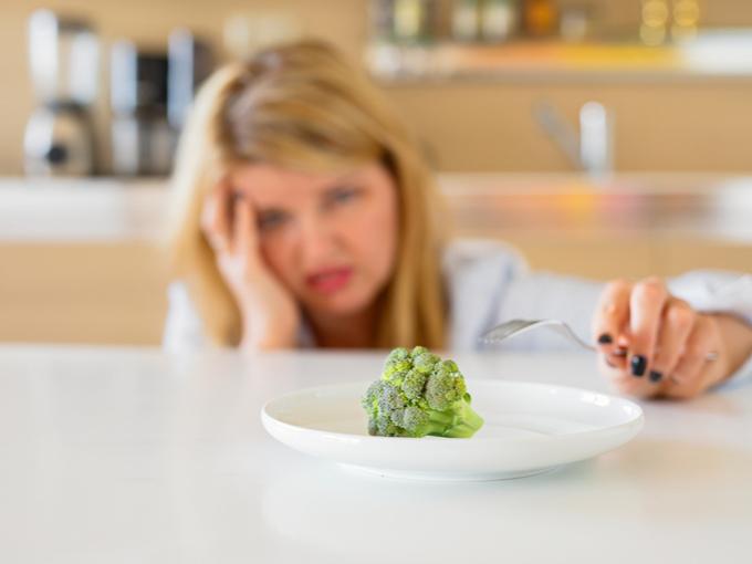 食事制限に苦しむ女性