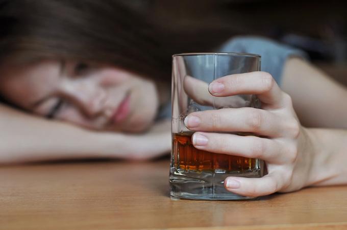 酔っぱらった女性の画像