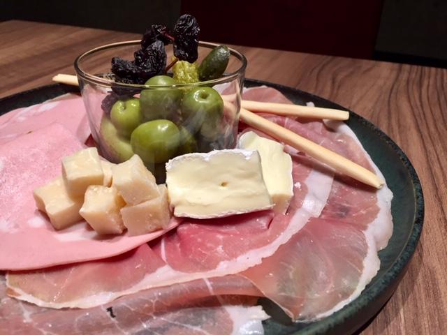 生ハム・熟成チーズ・ワインのおつまみ8種類の盛り合わせプレート