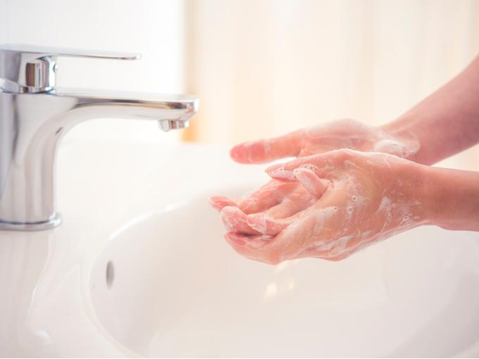 手を洗う人