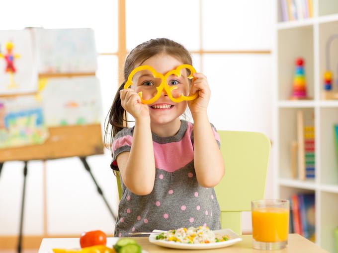 心のまま食事を楽しむ子ども