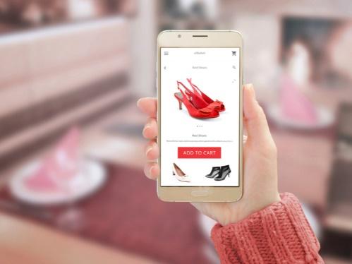 ショッピングサイトを見る女性