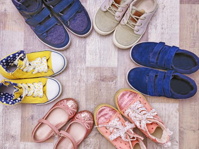 床のうえに並べた複数の靴