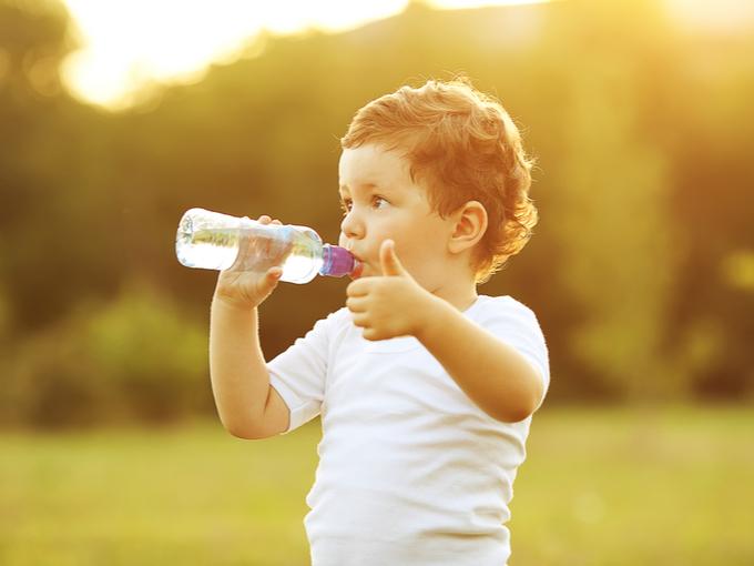 ペットボトルの水を飲む男の子