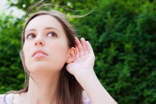 耳を澄ましている女性の画像