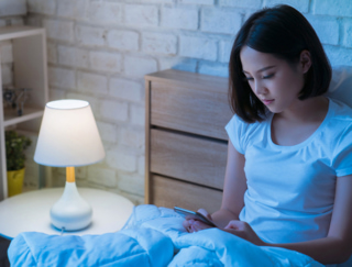 不眠を断ち切る快眠習慣。就寝前1時間でスマートフォンを手放そう!