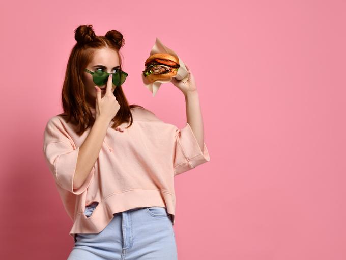 ハンバーガーをもつ女性
