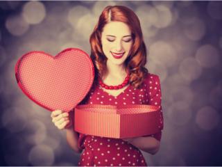 ハート型のプレゼントボックスを開ける女性