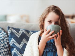 白湯を飲んで体を温め、養生する女の子