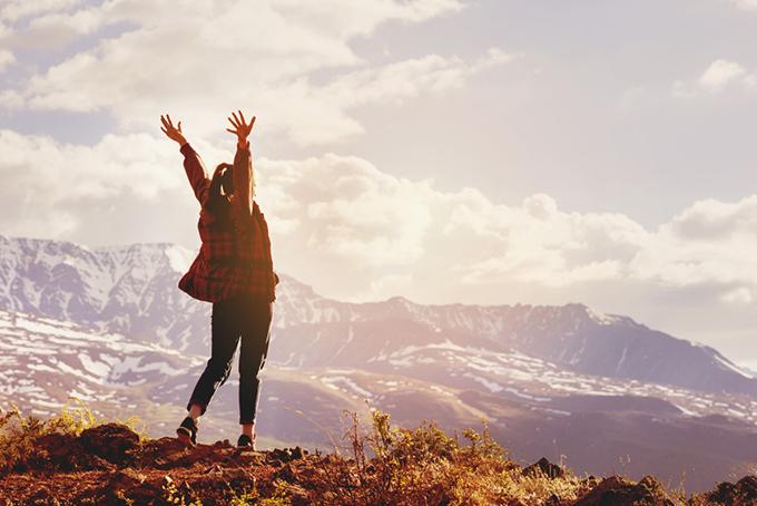 両手を上げている女性の写真